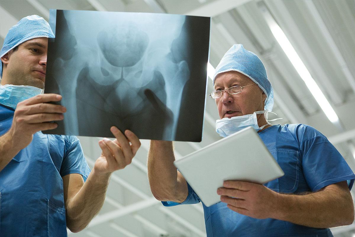 Krankenversicherung – Ärzte mit Rötgenbild